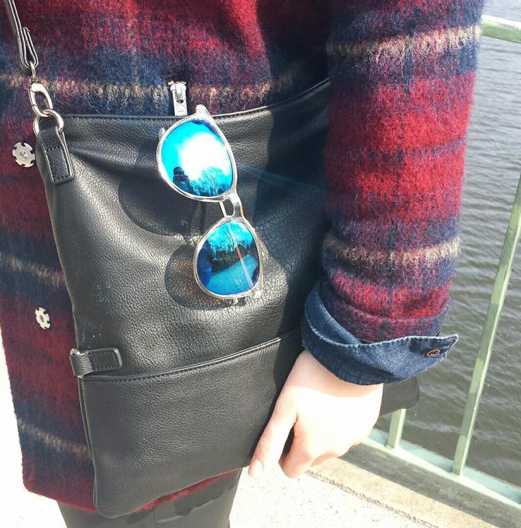 Karierter Mantel - Blaue Sonnebrille