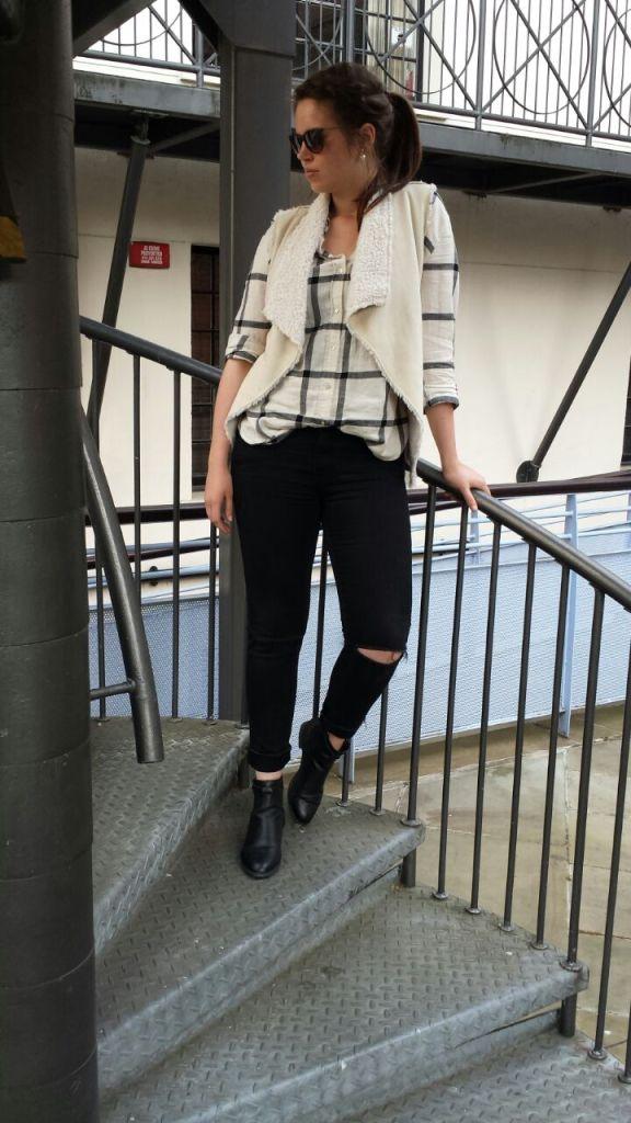 Weste und schwarz weiße Bluse mit Streifen