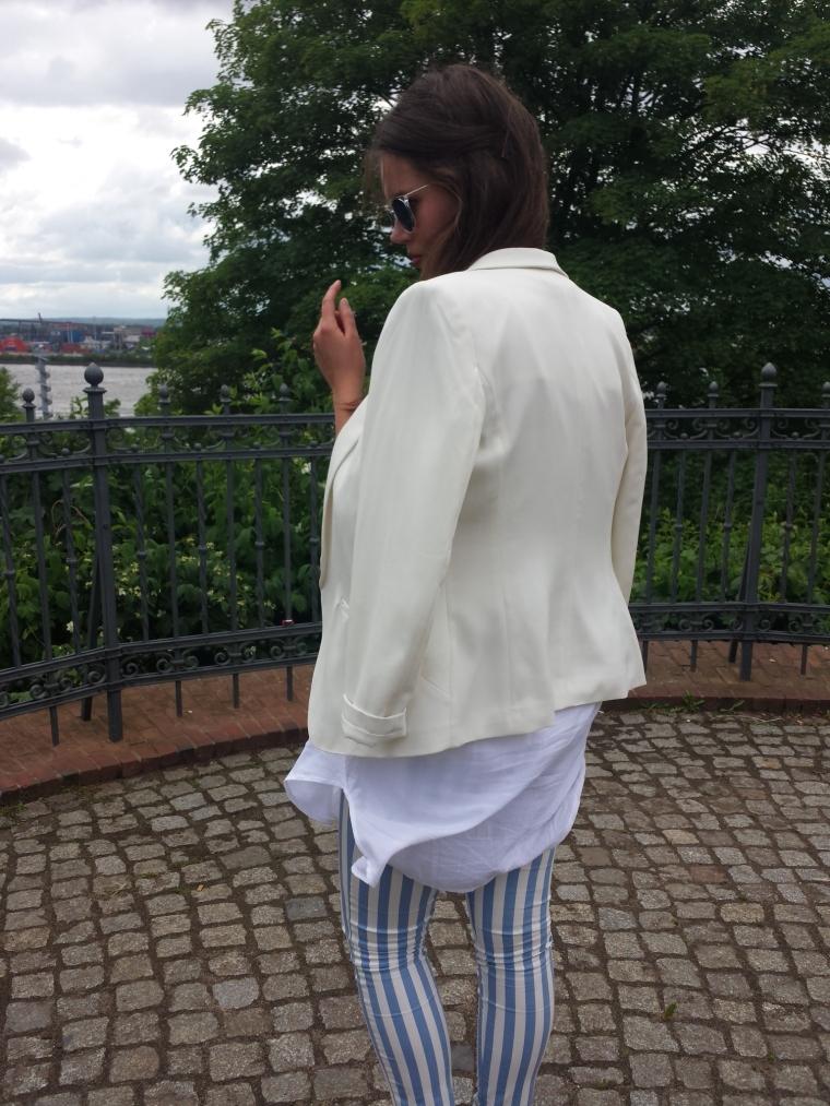 Weißer Blazer, gestreifte Hose, weißes Blusenkleid - ootd
