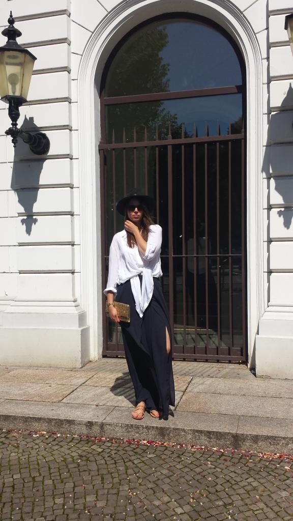 Weiße Bluse und blaue Palazzo Hose