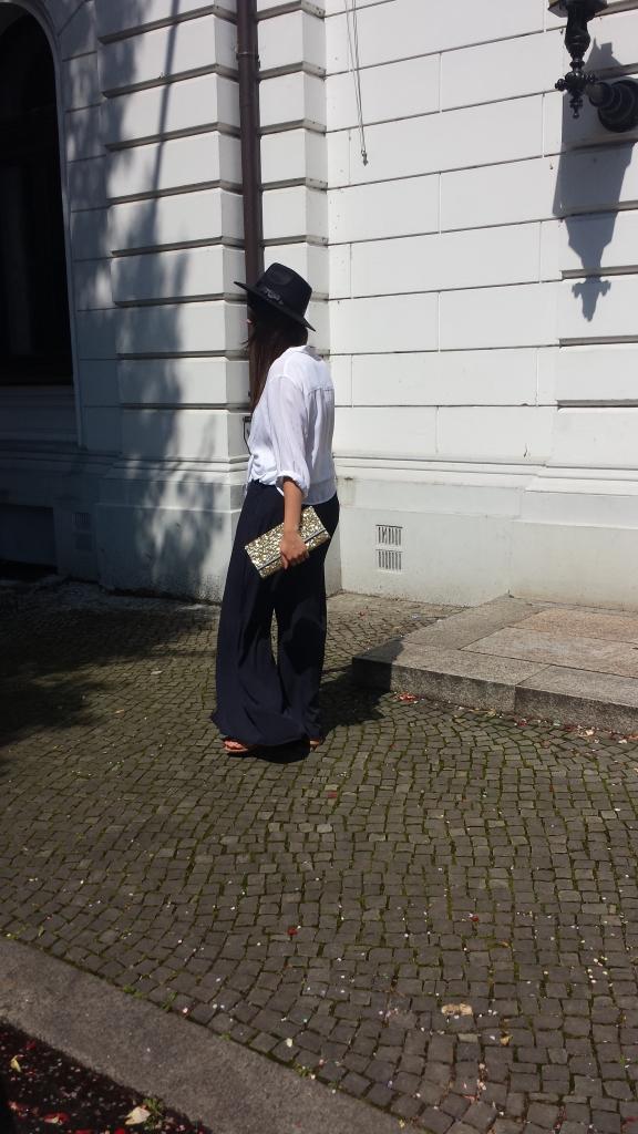 Weiße Bluse und blaue Palazzo Hose2