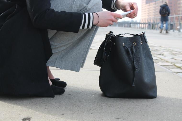 Schlaghosen kombinieren - Streifenshirt-Bucket Bag3