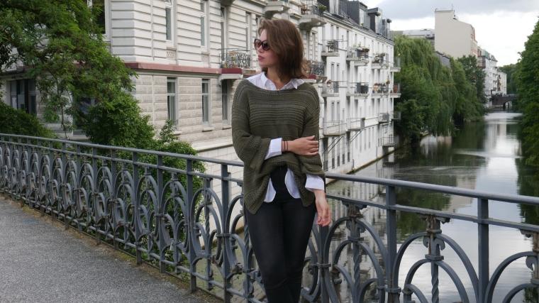 Grüner Pulli, weiße Bluse, graue Jeans, beige Schuhe Absatz, Cateye Sonnenbrille, Septum14