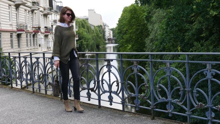 Grüner Pulli, weiße Bluse, graue Jeans, beige Schuhe Absatz, Cateye Sonnenbrille, Septum3