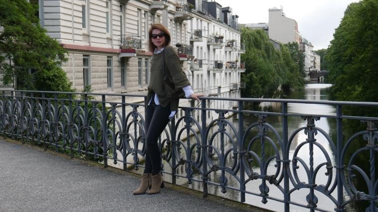 Grüner Pulli, weiße Bluse, graue Jeans, beige Schuhe Absatz, Cateye Sonnenbrille, Septum4