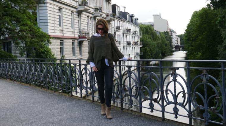 Grüner Pulli, weiße Bluse, graue Jeans, beige Schuhe Absatz, Cateye Sonnenbrille, Septum8
