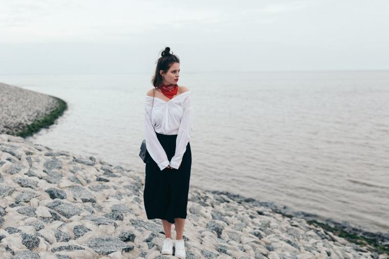 schwarze Culotte, rotes Bandana, Off-Shoulder Bluse, weiße Sneaker - modegeschmack