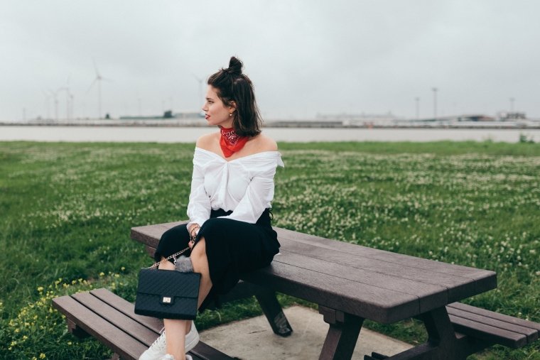 schwarze Culotte, rotes Bandana, Off-Shoulder Bluse, weiße Sneaker - modegeschmack1