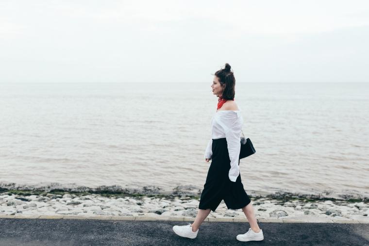 schwarze Culotte, rotes Bandana, Off-Shoulder Bluse, weiße Sneaker - modegeschmack3