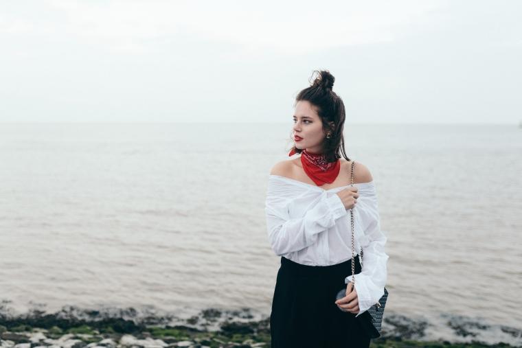 schwarze Culotte, rotes Bandana, Off-Shoulder Bluse, weiße Sneaker - modegeschmack4