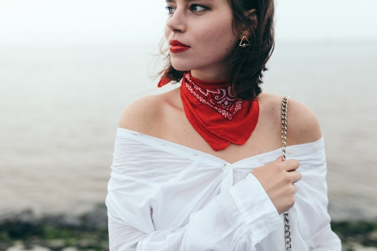 schwarze Culotte, rotes Bandana, Off-Shoulder Bluse, weiße Sneaker - modegeschmack5