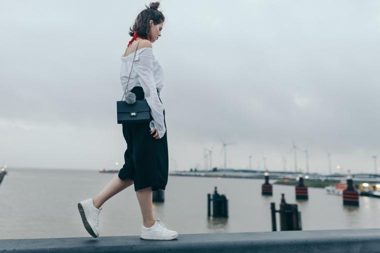 schwarze Culotte, rotes Bandana, Off-Shoulder Bluse, weiße Sneaker - modegeschmack8