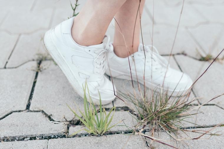 schwarze Culotte, rotes Bandana, Off-Shoulder Bluse, weiße Sneaker - modegeschmack9