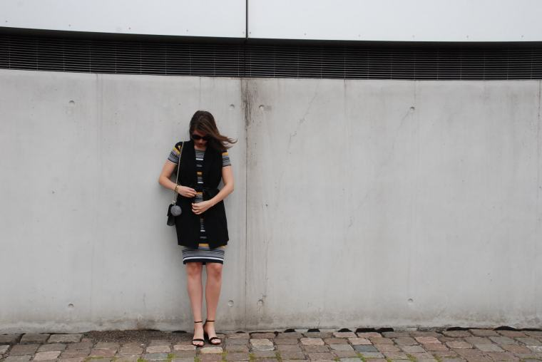 Kleid mit Querstreifen-Kleid Blockstreifen - Kleid bunt - Midikleid kombiniert - Runde Sonnenbrille - modegeschmack blog