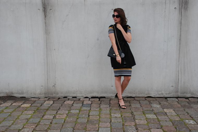 Kleid mit Querstreifen-Kleid Blockstreifen - Kleid bunt - Midikleid kombiniert - Runde Sonnenbrille - modegeschmack blog1
