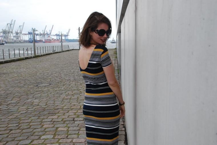 Kleid mit Querstreifen-Kleid Blockstreifen - Kleid bunt - Midikleid kombiniert - Runde Sonnenbrille - modegeschmack blog10