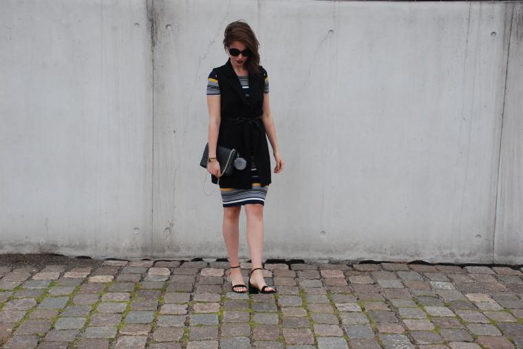 Kleid mit Querstreifen-Kleid Blockstreifen - Kleid bunt - Midikleid kombiniert - Runde Sonnenbrille - modegeschmack blog2