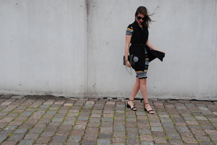 Kleid mit Querstreifen-Kleid Blockstreifen - Kleid bunt - Midikleid kombiniert - Runde Sonnenbrille - modegeschmack blog3