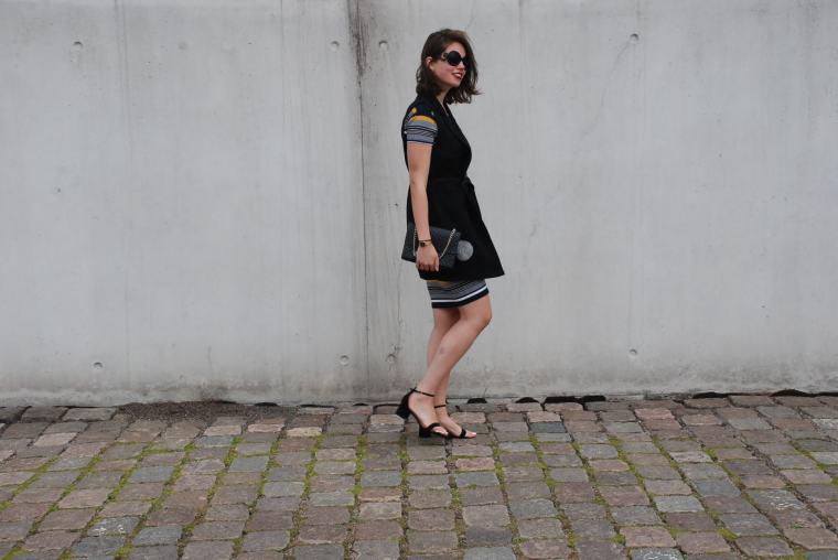 Kleid mit Querstreifen-Kleid Blockstreifen - Kleid bunt - Midikleid kombiniert - Runde Sonnenbrille - modegeschmack blog4