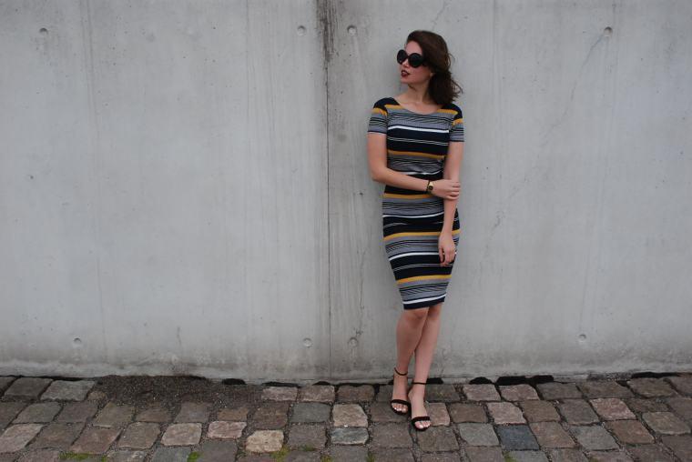 Kleid mit Querstreifen-Kleid Blockstreifen - Kleid bunt - Midikleid kombiniert - Runde Sonnenbrille - modegeschmack blog8