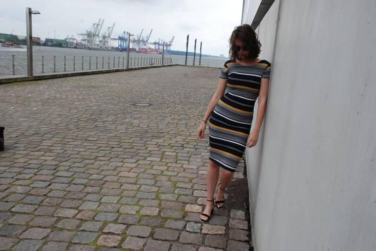 Kleid mit Querstreifen-Kleid Blockstreifen - Kleid bunt - Midikleid kombiniert - Runde Sonnenbrille - modegeschmack blog9