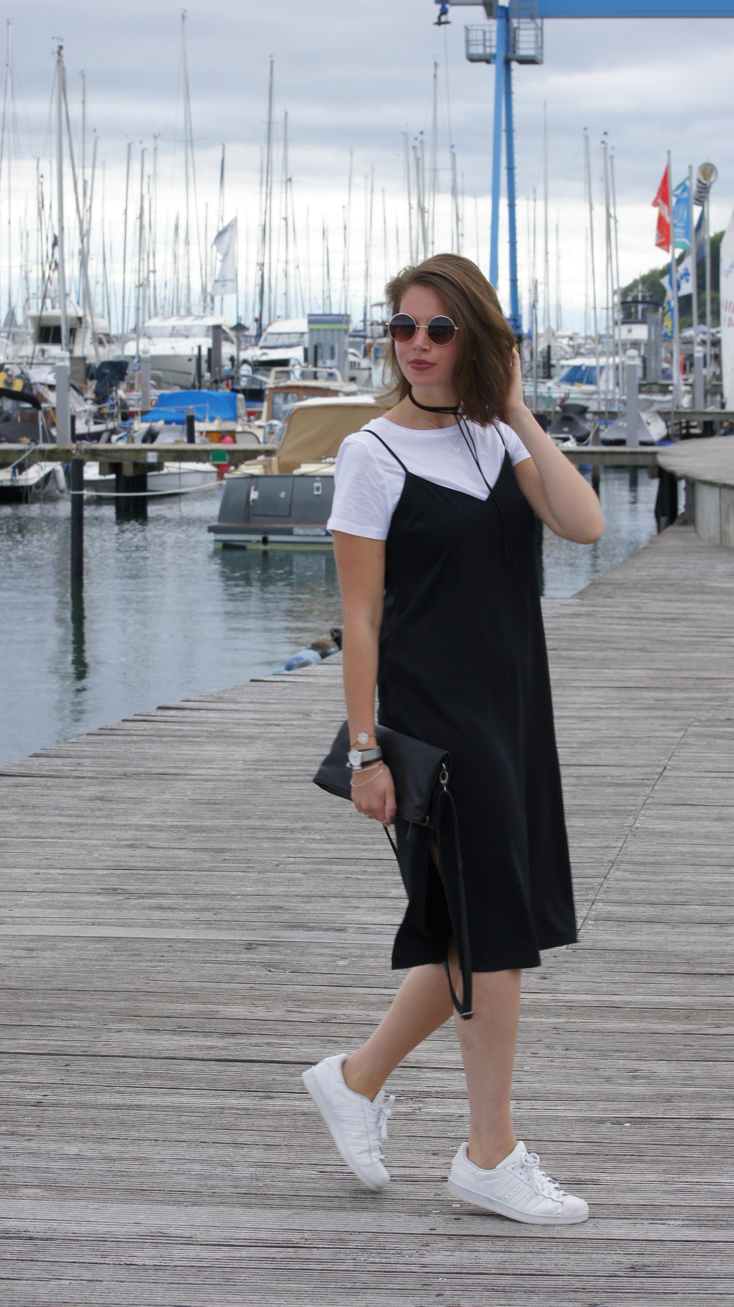 Schwarzes t shirt kleid kombinieren