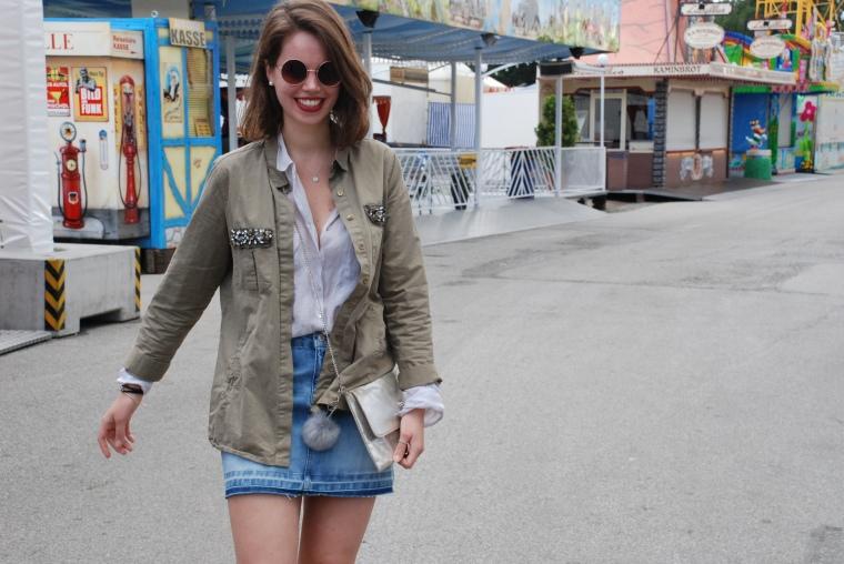 Used Jeansrock, graue Bluse, beige Stiefeletten, grüner Parka, silber Handtasche1