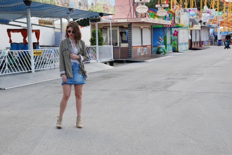 Used Jeansrock, graue Bluse, beige Stiefeletten, grüner Parka, silber Handtasche15