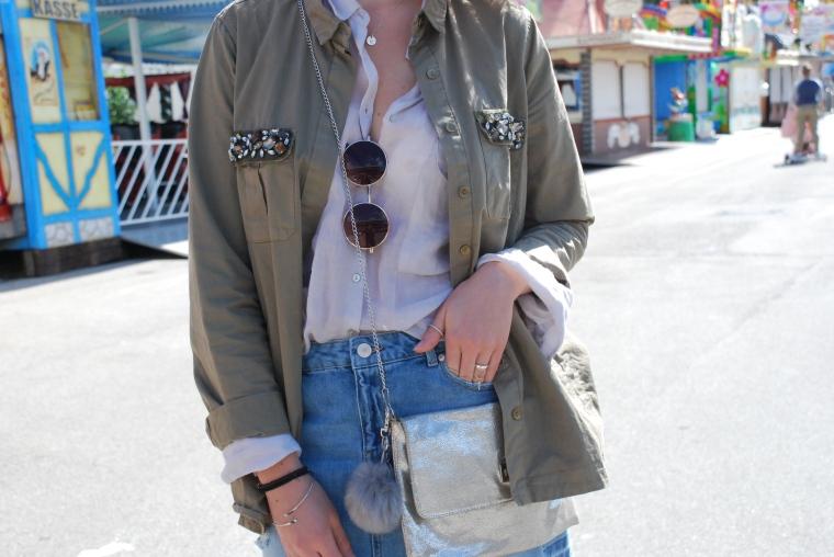 Used Jeansrock, graue Bluse, beige Stiefeletten, grüner Parka, silber Handtasche20