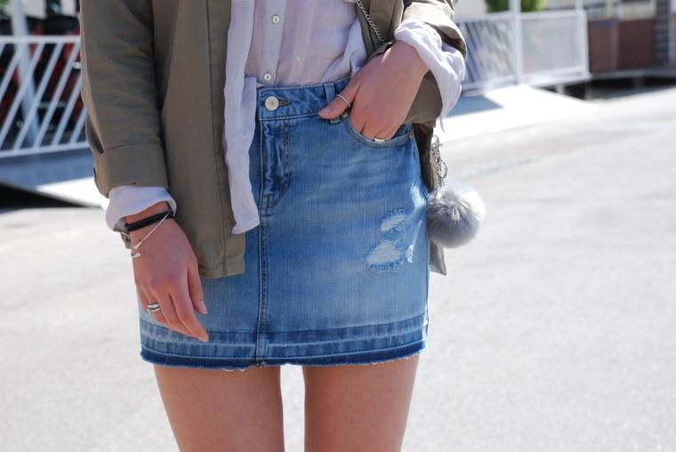 Used Jeansrock, graue Bluse, beige Stiefeletten, grüner Parka, silber Handtasche22