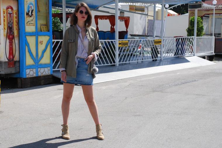 Used Jeansrock, graue Bluse, beige Stiefeletten, grüner Parka, silber Handtasche25
