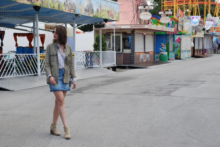 Used Jeansrock, graue Bluse, beige Stiefeletten, grüner Parka, silber Handtasche6