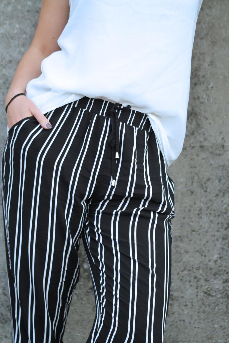 Pyjama Pants, schwarz weiße Hose, weißes spaghetittiträgertop, schwarzer Hut, Sandalen offen, bucket bag schwarz, modegeschmack, outfitinspiration, einfach14
