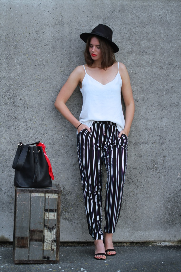 Pyjama Pants, schwarz weiße Hose, weißes spaghetittiträgertop, schwarzer Hut, Sandalen offen, bucket bag schwarz, modegeschmack, outfitinspiration, einfach16