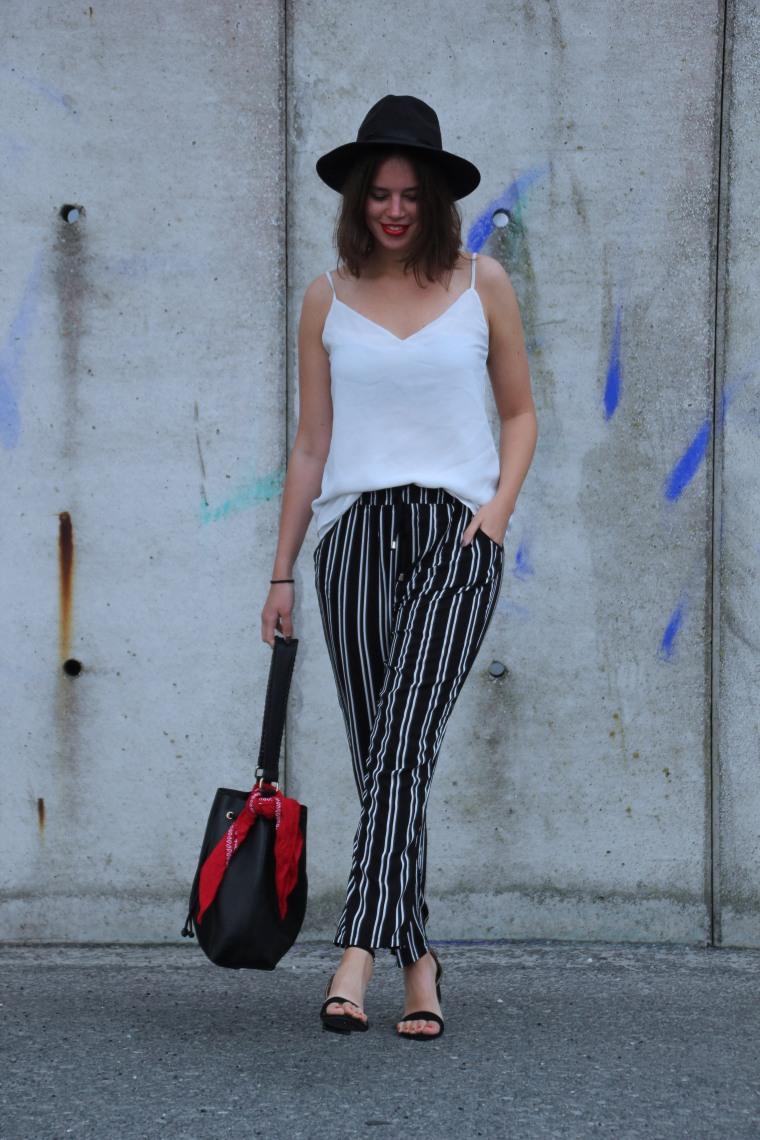 Pyjama Pants, schwarz weiße Hose, weißes spaghetittiträgertop, schwarzer Hut, Sandalen offen, bucket bag schwarz, modegeschmack, outfitinspiration, einfach4